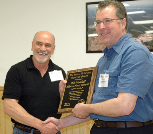 Randy Keck presents Bill Woodall of Kilgore the 2012 Sam Holloway award in Mount Vernon